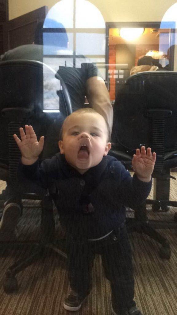 Un enfant fait l'idiot au bureau de son père.