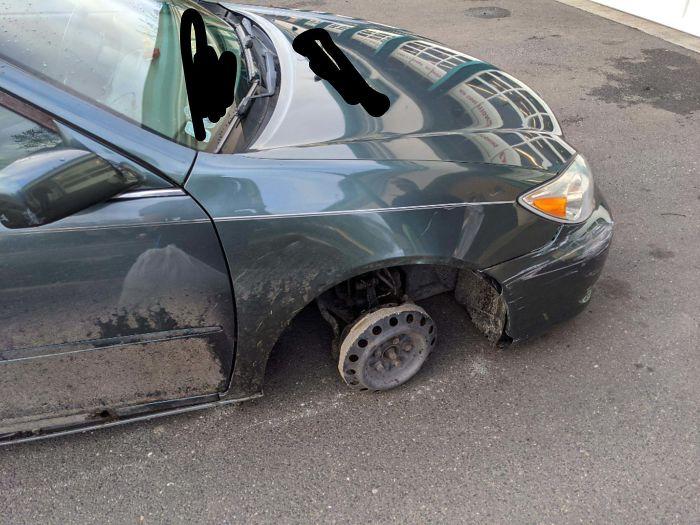 Une voiture sans pneus.