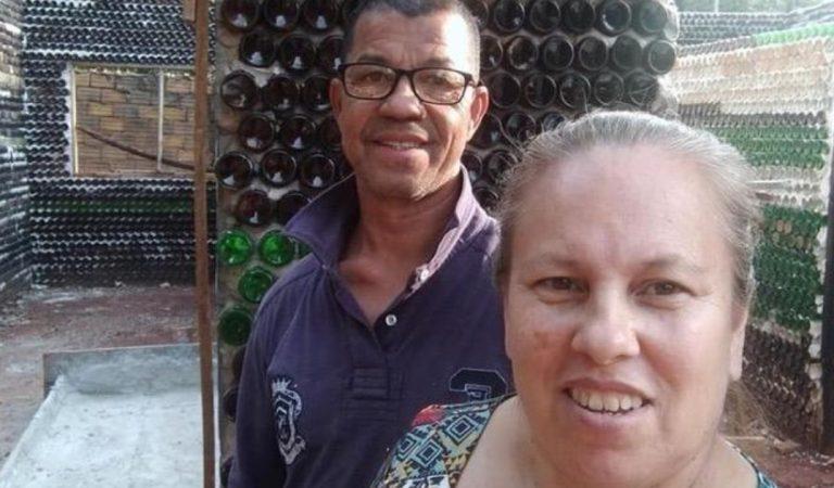 Un couple sans revenus construit leur maison avec des bouteilles de verre