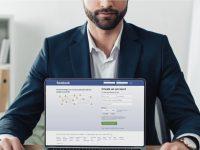 Un employeur qui consulte un compte Facebook.