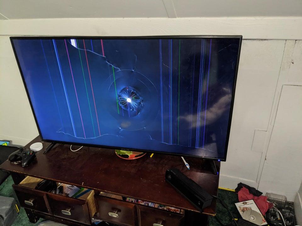 Un écran télé cassé par un enfant.