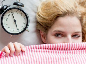 Une femme au réveil, dans son lit.
