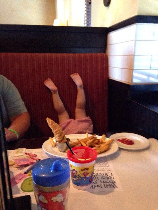 Une petite fille se comporte mal au restaurant.