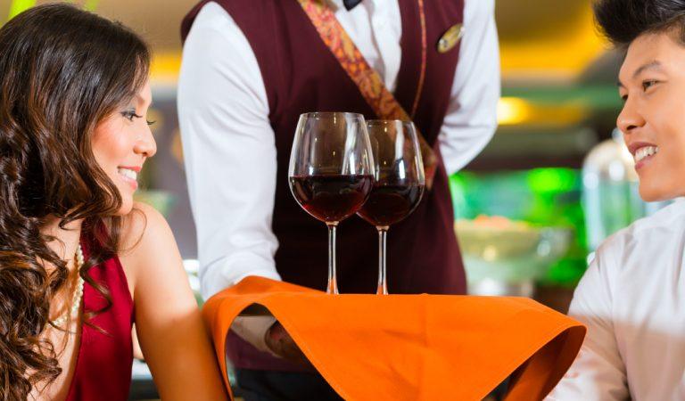 Le serveur se trompe de table et sert un grand cru à 2.000 euros à un couple qui a commandé un vin à 18 euros