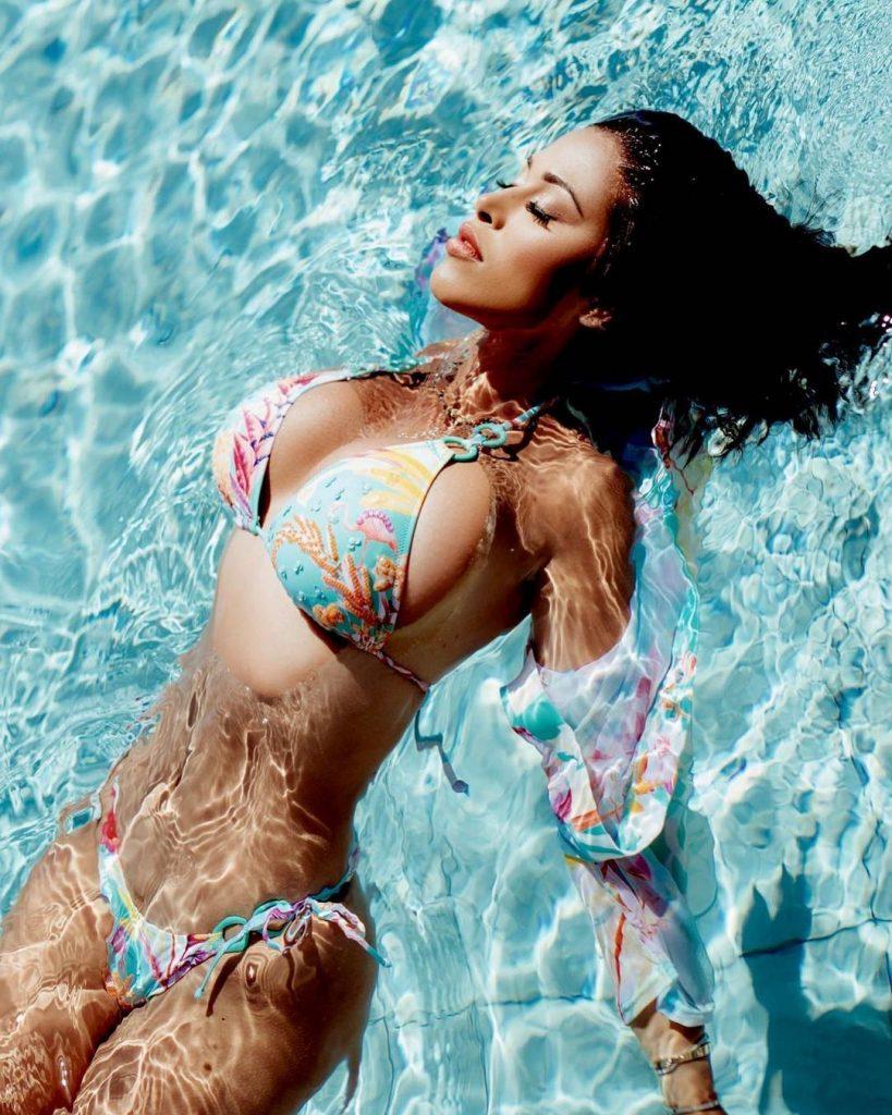 Ayem Nour en bikini dans sa piscine