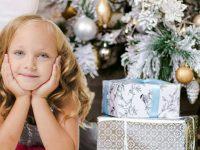 enfant devant ses cadeaux sous le sapin