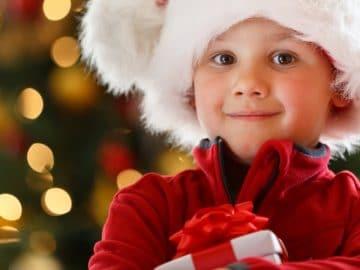 Un enfant content de son cadeau de Noël.