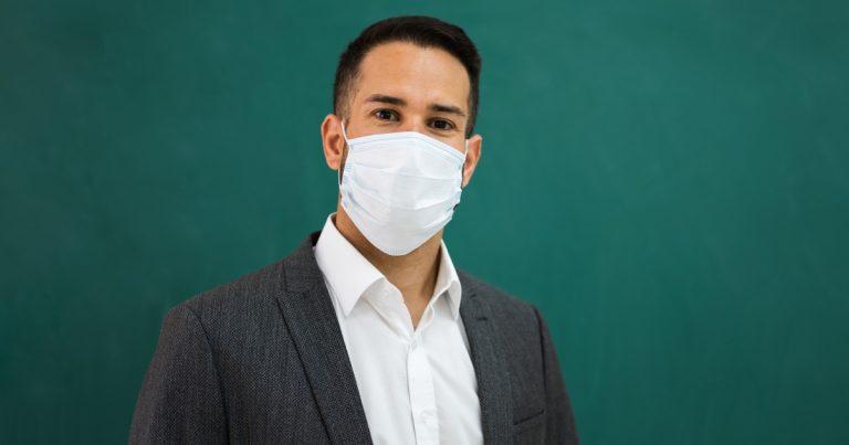 Professeur portant un masque