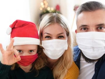 Une famille à Noel avec des masques