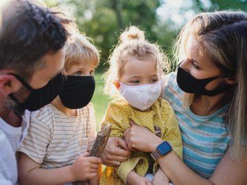 Une famille de Français portant le masque.
