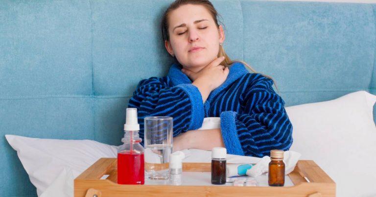 Femme au lit avec des symptômes