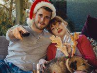 Un couple qui regarde les films de Noël