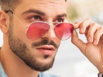 Homme avec des lunettes de soleil.