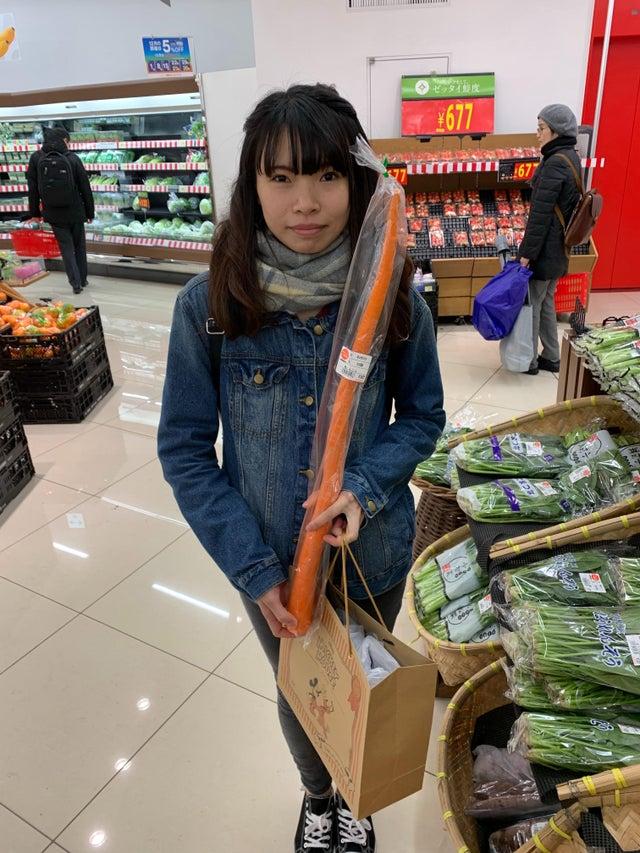 Une carotte géante vendue au supermarché au Japon