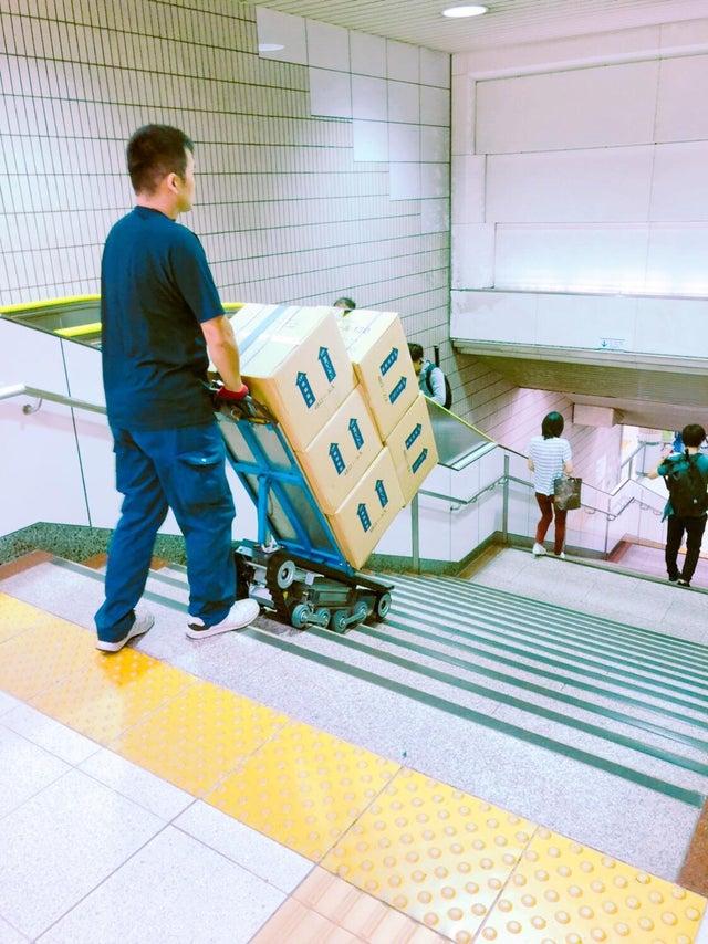 Un charriot pour descendre les escaliers au Japon