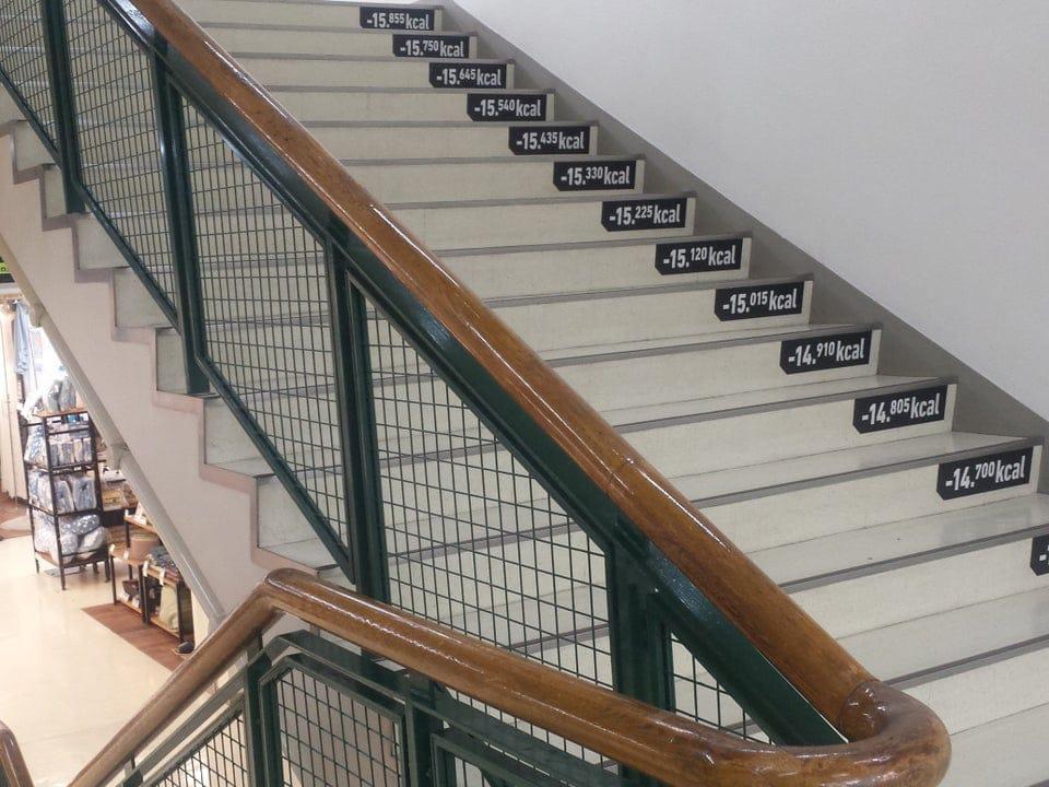 Un compteur de calories sur un escalier au Japon