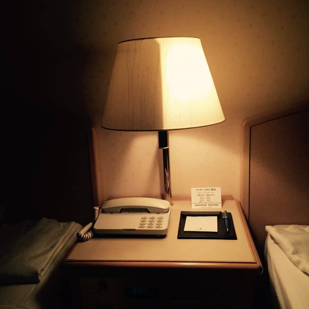 Une lampe au Japon pour deux lits