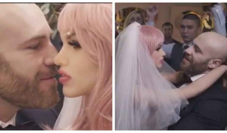 La vidéo surréaliste du bodybuilder qui épouse sa poupée en plastique : « nous voulons des enfants ! »