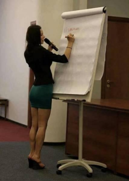 Professeur en jupe très jolie