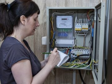 Un abonné edf avec son compteur électrique.