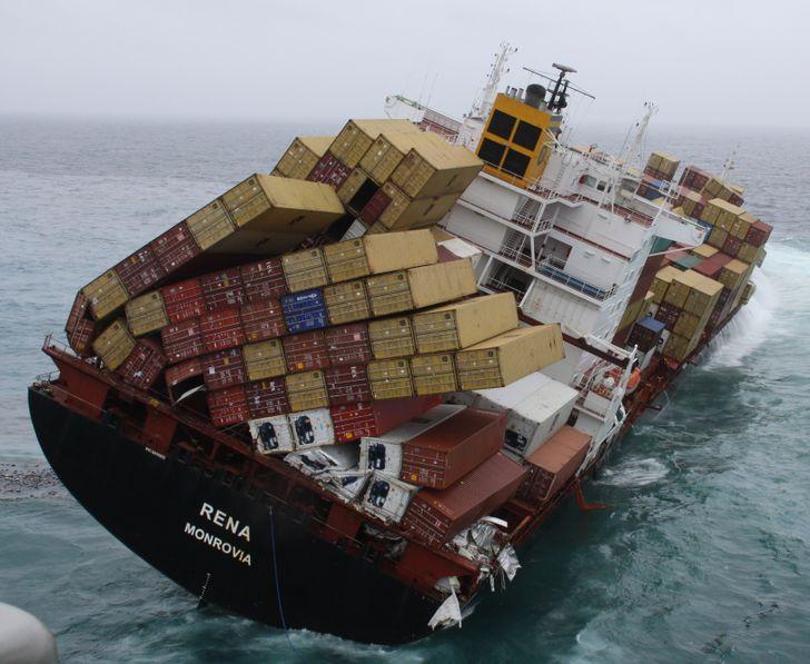 un cargo qui renverse ses marchandises dans la mer