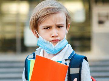Un écolier avec un masque