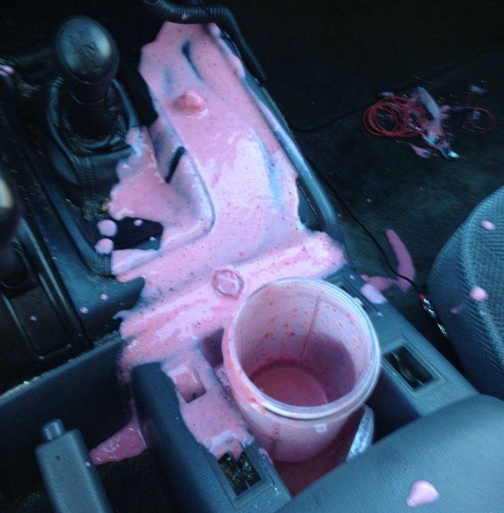 boisson renversée dans une voiture