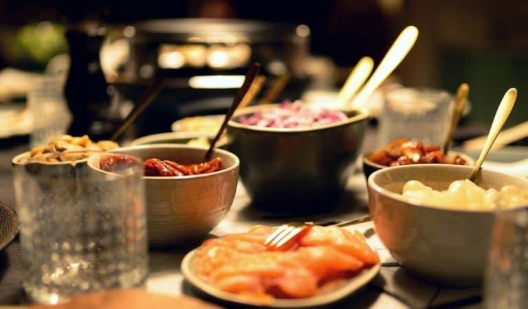 """Une raclette organisée dans un commissariat de Molenbeek fait fondre les autorités qui confirment le """"dîner clandestin"""""""