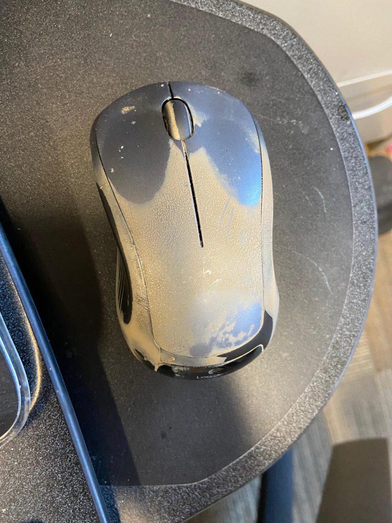 Souri d'ordinateur trop sale