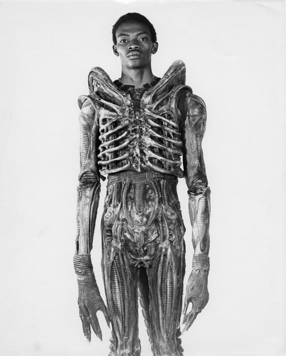 photo making of inédite Bolaji Badejo Alien