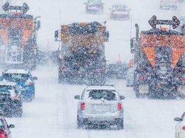 Une autoroute sous la neige.