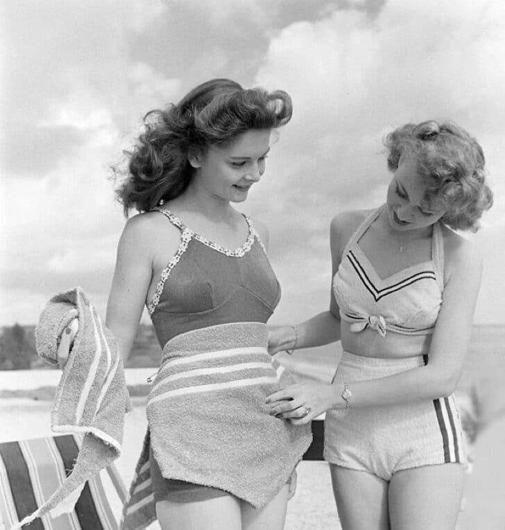 Femme des années cinquante ou soixante en maillot de bain