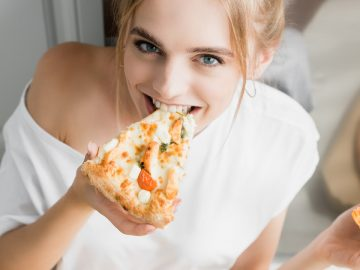 Femme mangeant une pizza