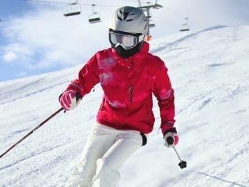 Une femme qui ski