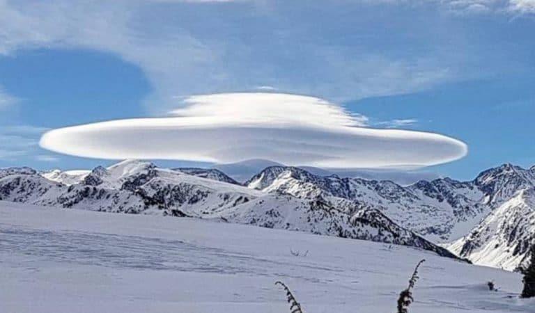 Un OVNI dans le ciel ? La formation d'un nuage au sommet des Pyrénées interpelle les habitants