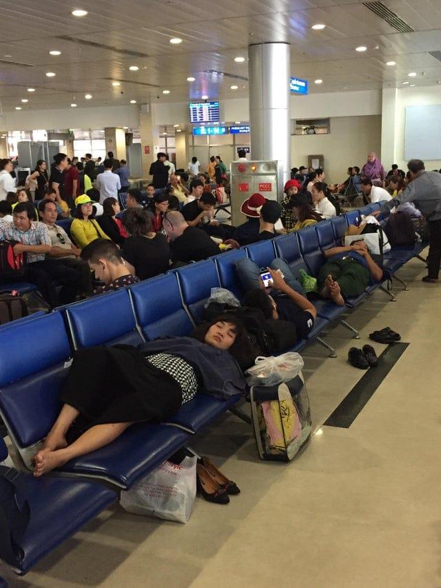 passagers malpolis étalés sur les sièges