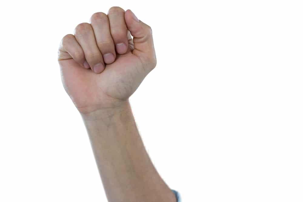 poing serré pouce à coté des doigts
