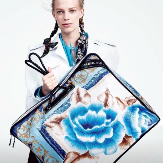 Un sac balenciaga en forme de couverture