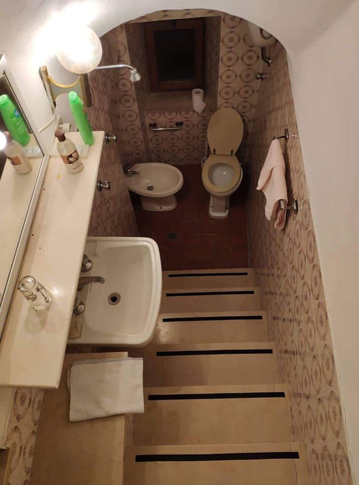 salle de bain dans un escalier