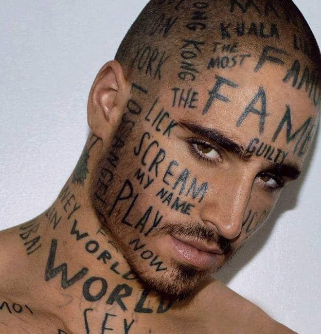 De mots tatoués sur le visage