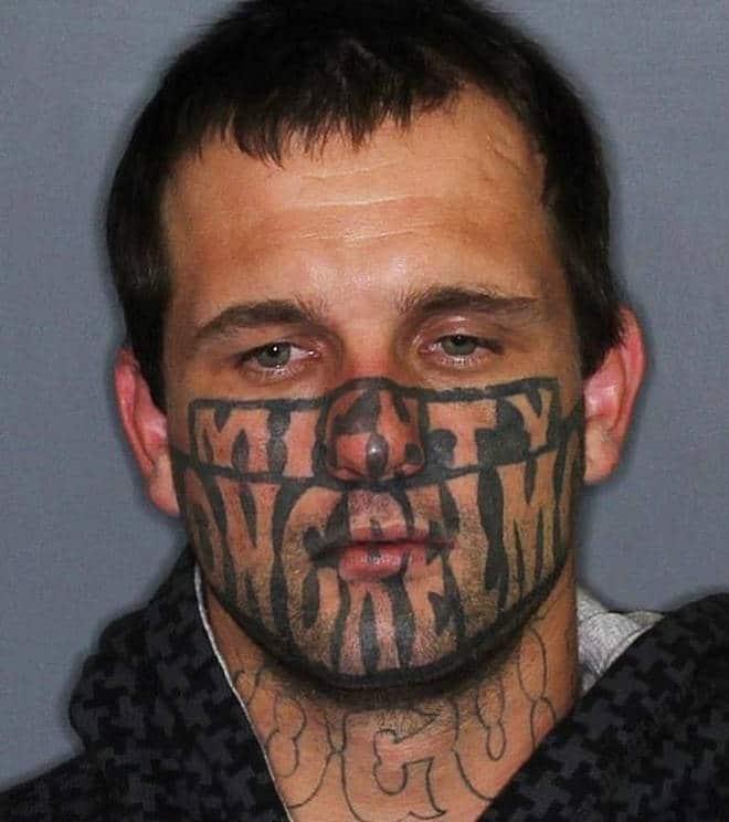 Un homme tatoué sur le visage