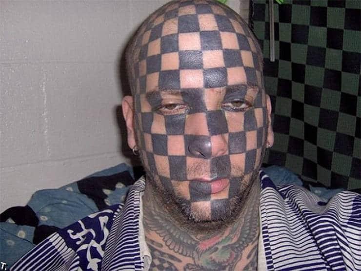 Un damier tatoué sur le visage