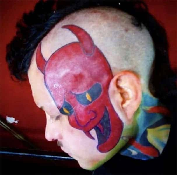 Un tatouage de diable sur le visage