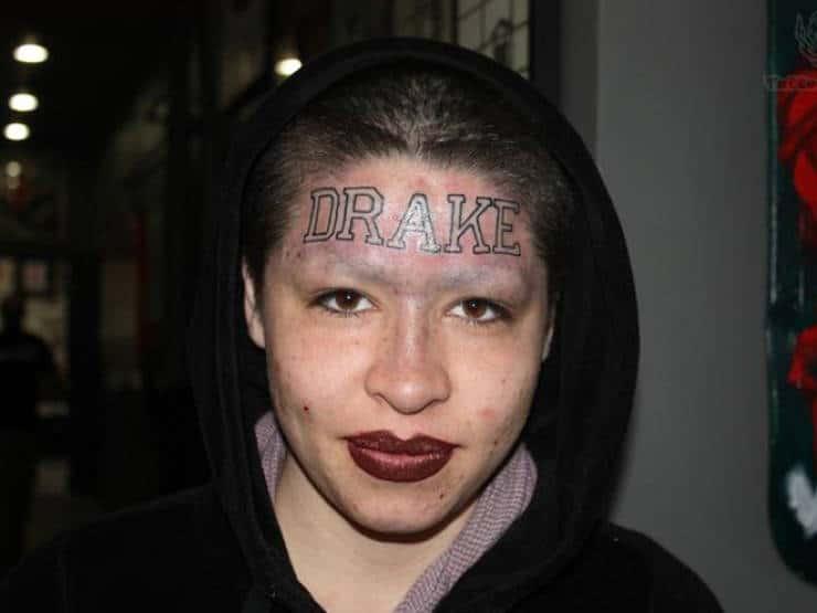 Drake tatoué sur le visage