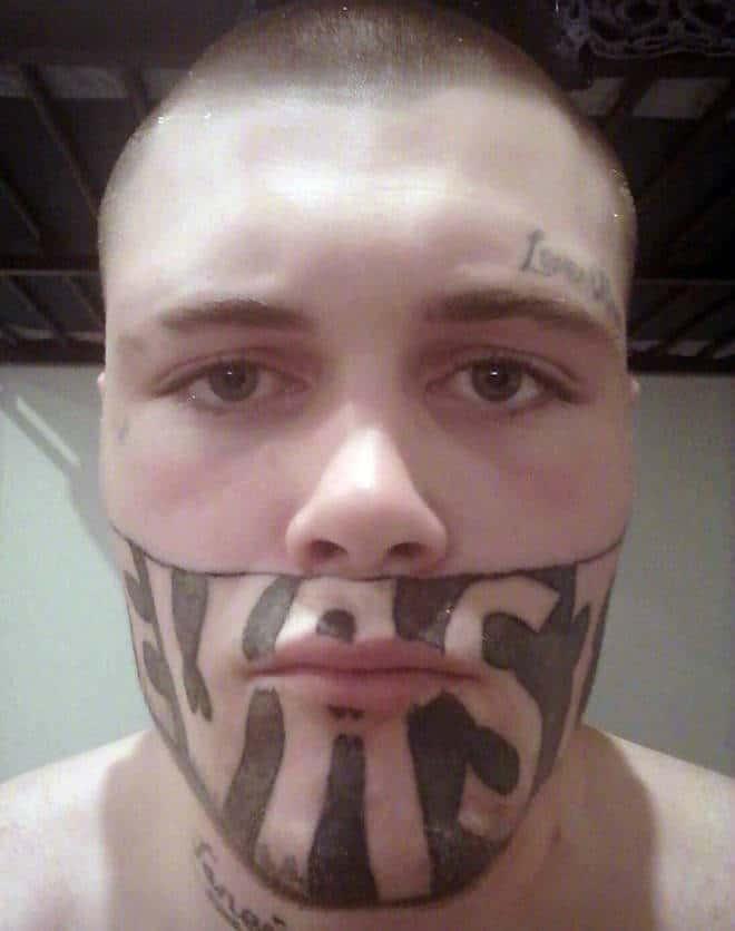 Un tatouage en noir et blanc sur le visage