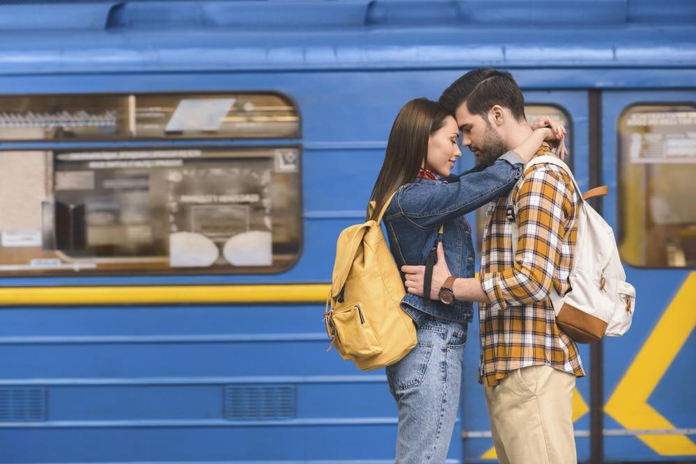 un couple qui voyage