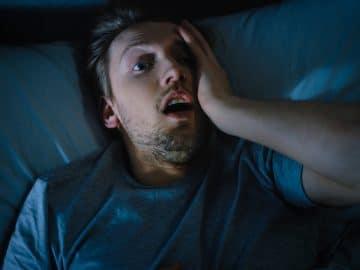 Un homme réveillé dans son sommeil