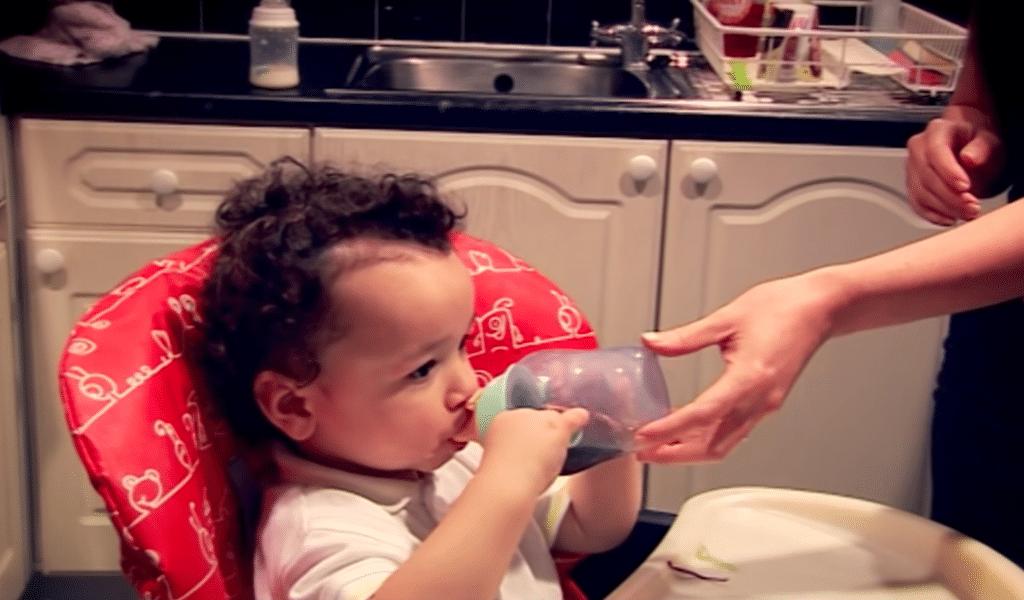 Le bébé boit du soda