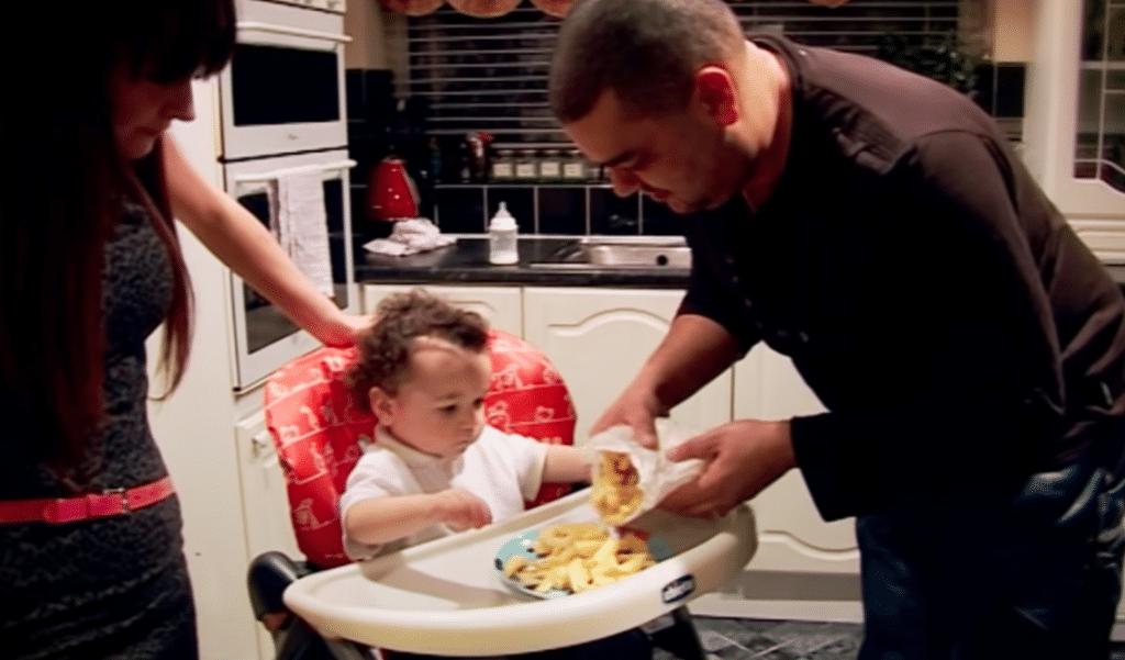 Les parents du bébé lui servent des frites