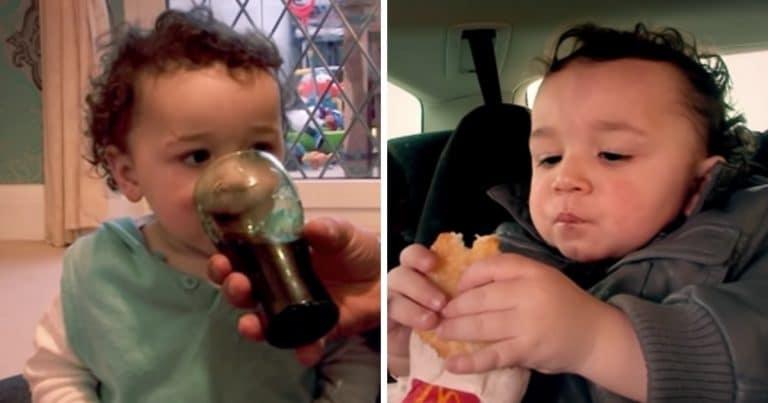 Le bébé boit du coca et mange un hamburger.